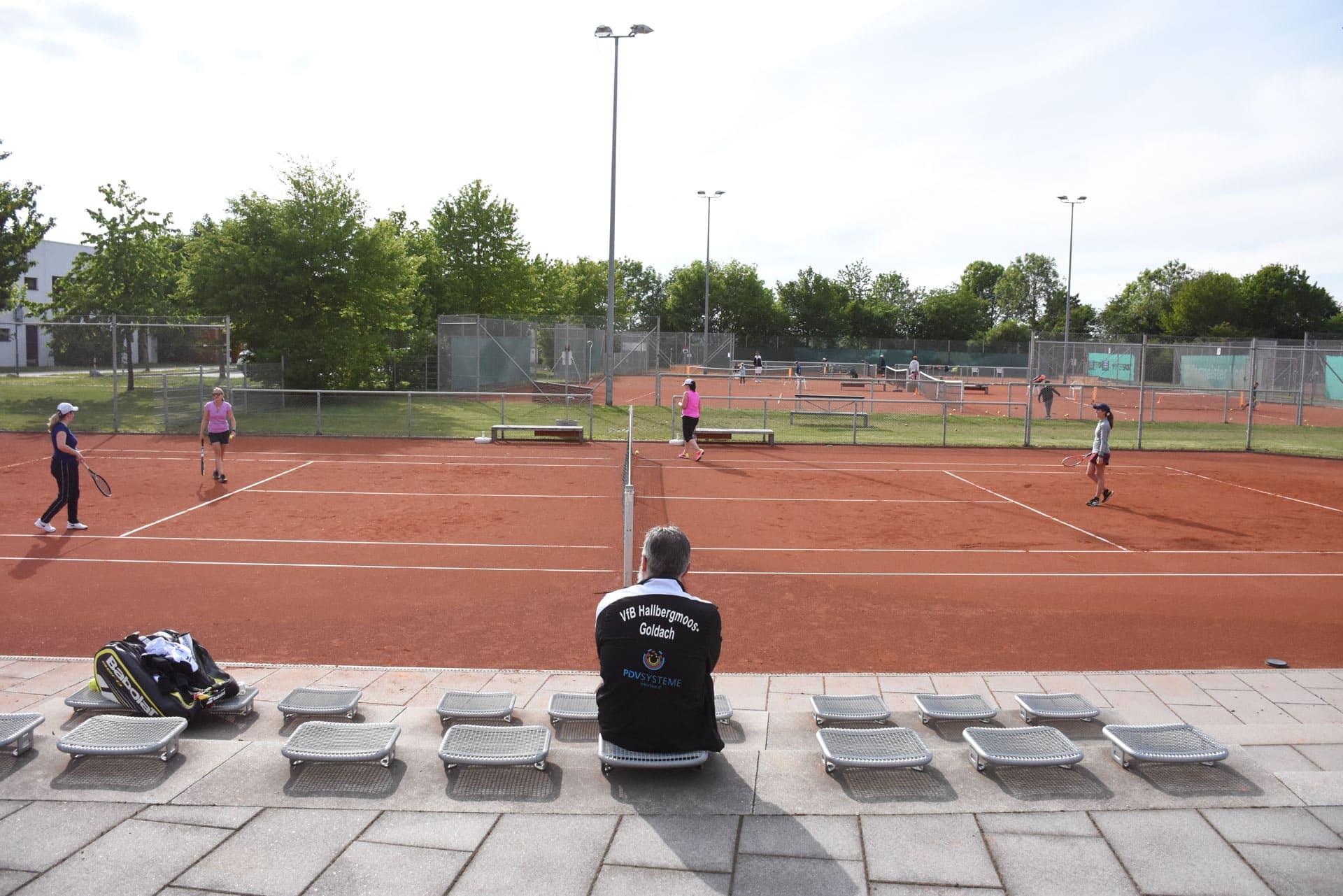 Vier Sportler, eine Coach: Die Öffnung der Tennisplätze im Sport- und Freizeitpark am 11. Mai nutzten die VfB-Damen gleich für eine Trainingseinheit. Sie waren glücklich endlich wieder auf dem Platz stehen zu können.